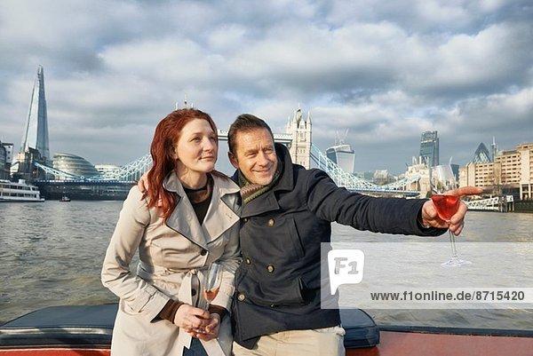 Romantisches Paar auf der Themse mit rosa Champagner  London  UK