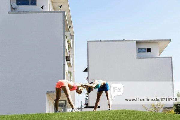 Zwei junge Sportlerinnen beim Training im Park