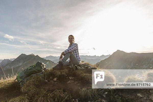 Porträt einer erwachsenen Backpackerin bei einer Pause  Achensee  Tirol  Österreich