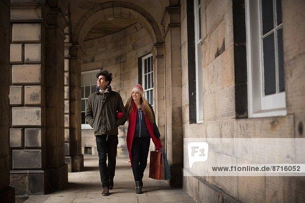 Ein junges Paar zu Fuß im Zentrum von Edinburgh