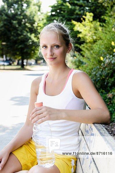 Porträt einer jungen Basketballerin bei einer Pause im Park
