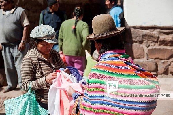 Stoff  verkaufen  Ethnisches Erscheinungsbild  Woche  Sacred Valley of the Incas  Urubamba Valley  Cuzco  Cusco  Markt  Peru  Südamerika  Straßenverkäufer