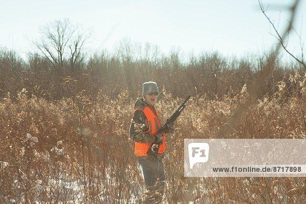 Teenagerjagd mit Schrotflinte in Petersburg State Game Area  Michigan  USA