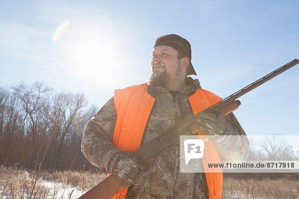 Mittlerer Erwachsener Mann mit Schrotflinte in Petersburg State Game Area  Michigan  USA