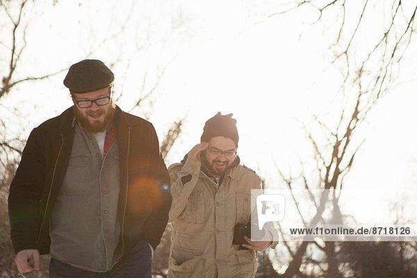Zwei junge Männer beim Spaziergang im Winter