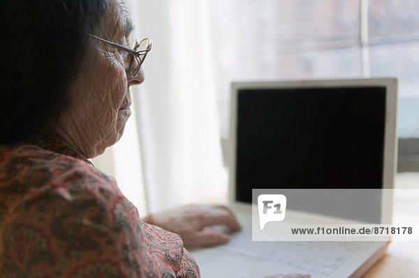 Senior Frau mit Laptop