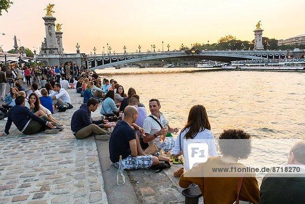 Flussufer  Ufer  Paris  Hauptstadt  Frankreich  Mensch  Menschen  teilen  abhängen  Getränk  jung