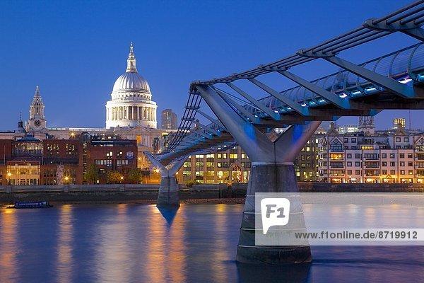 Fluss Themse  Millennium Bridge und St. Paul s Cathedral in der Dämmerung  London  England  Großbritannien  Europa