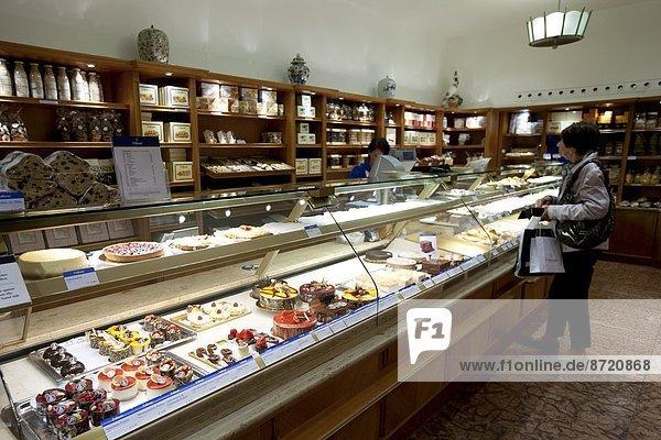 zeigen  Lebensmittel  Kuchen  Gebäck  Laden  Delikatessen  Handwerker  Bayern  Deutschland  München