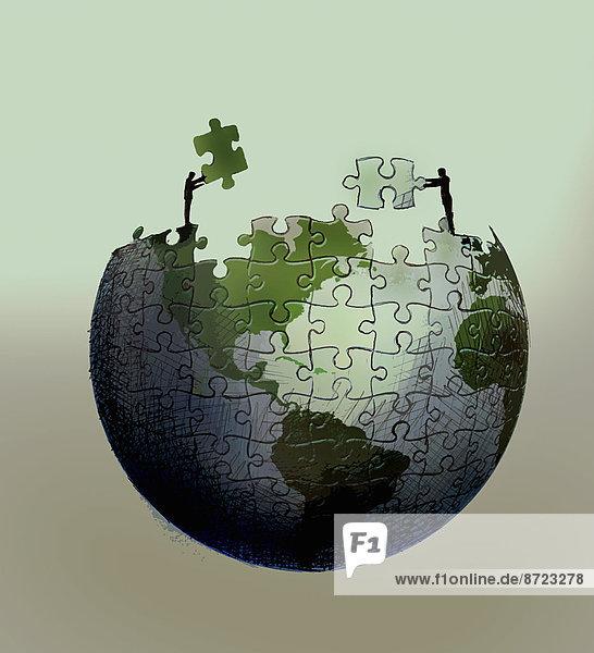 Geschäftsleute arbeiten gemeinsam an einem Puzzle das einen Globus darstellt Geschäftsleute arbeiten gemeinsam an einem Puzzle das einen Globus darstellt