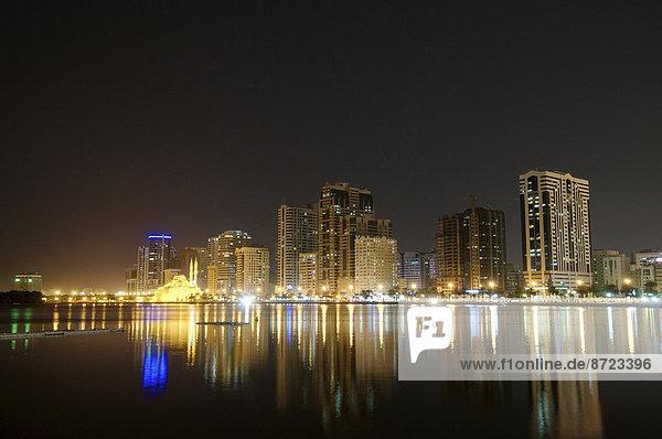 Skyline bei Nacht  Schardscha  Emirat Schardscha  Vereinigte Arabische Emirate
