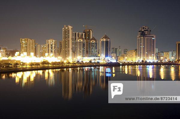 Schardscha-Stadt bei Nacht  Emirat Schardscha  Vereinigte Arabische Emirate
