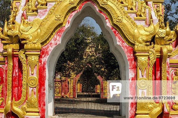 Eingangstor  Kuthodaw Paya oder Pagode  Tempelanlage in Mandalay  Mandalay-Division  Myanmar