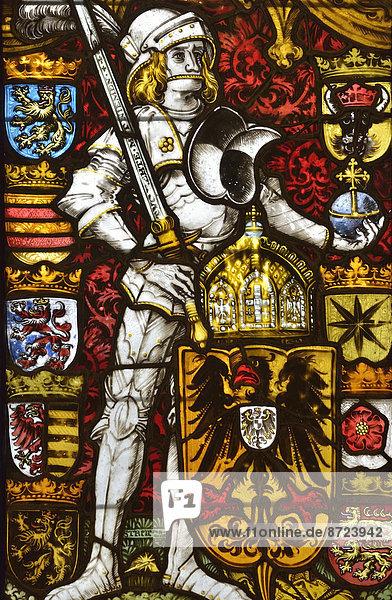 Buntes Glasfenster der Hohkönigsburg  Château du Haut-Koenigsbourg  staufische Reichsburg aus dem 12. Jahrhundert  bei Orschwiller  Département Bas-Rhin  Elsass  Frankreich
