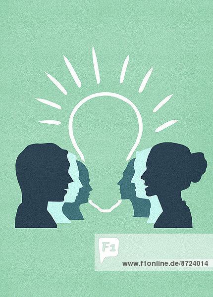 Leuchtende Glühbirne zwischen aufgereihten Profilen von Männern und Frauen Leuchtende Glühbirne zwischen aufgereihten Profilen von Männern und Frauen