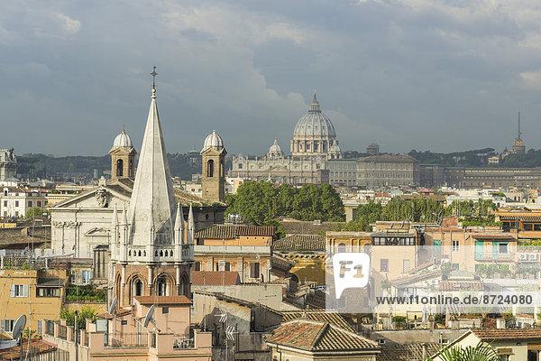 Ausblick von der Straße Viale della Trinita dei Monti auf die Stadt zum Petersdom  Rom  Latium  Italien