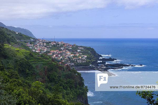 Berg klein Küste Dorf Seitenansicht Madeira Portugal