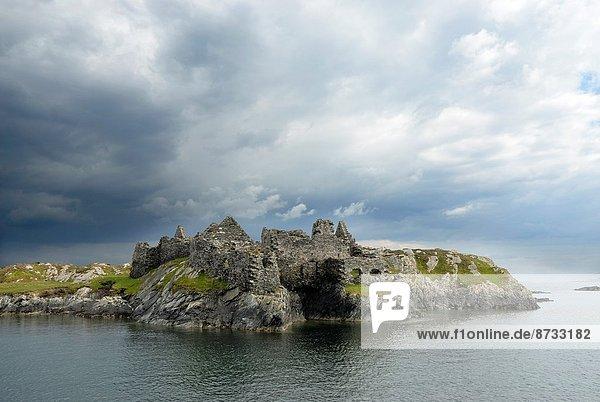 gebraucht  Hafen  Frau  Westeuropa  Mann  Palast  Schloß  Schlösser  Anmut  Eingang  Transport  Ruine  Ignoranz  Zeit  Pirat  Connemara  County Galway  Irland  irisch  Westen