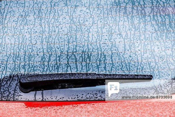 Scheibenwischer  Detail  Details  Ausschnitt  Ausschnitte  Fenster  Auto  nass  Regen  rot