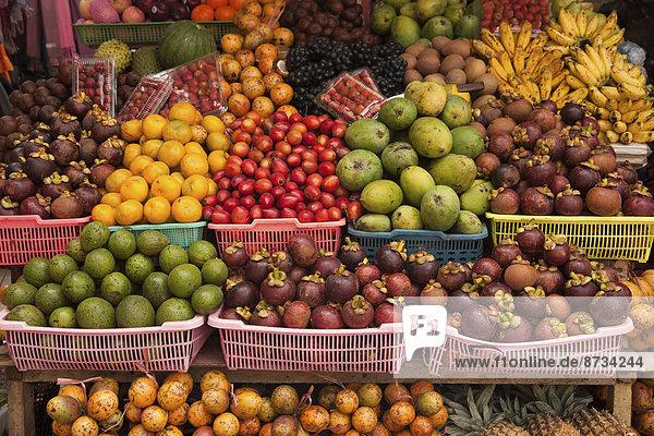 Obststand auf balinesischem Wochenmarkt  Ubud  Bali  Indonesien