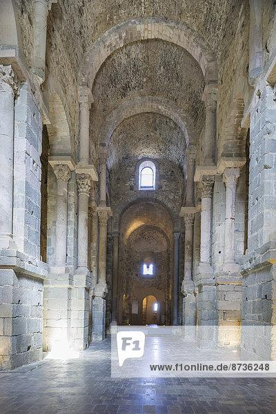 Innenansicht der Basilika  Benediktinerkloster Sant Pere de Rodes  bei El Port de la Selva  Naturpark Cap de Creus  Katalonien  Spanien