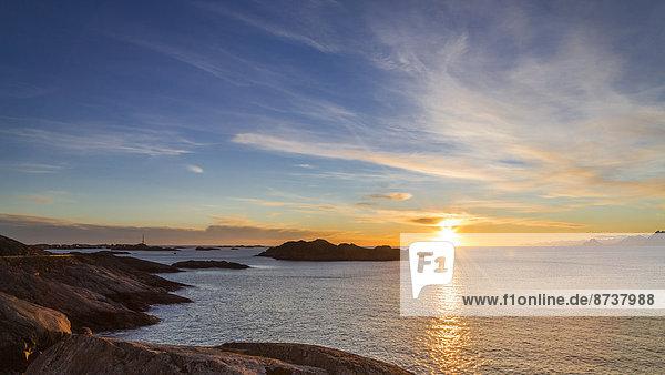 Sonnenuntergang an der Küste  bei Henningsvaer  Austvågøy auch Austvågøya  Lofoten  Norwegen