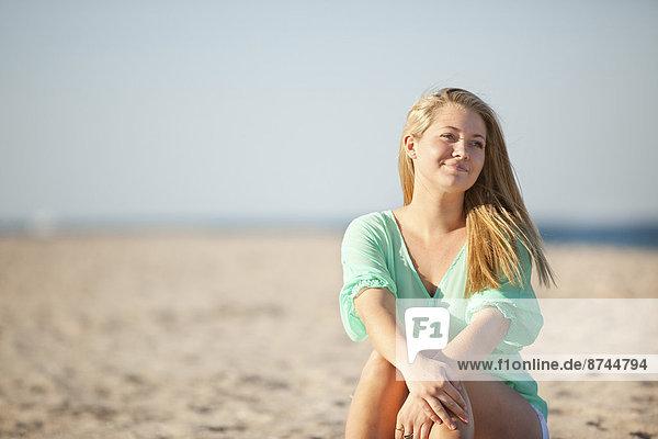 Vereinigte Staaten von Amerika  USA  sitzend  Portrait  Frau  Strand  jung  Florida