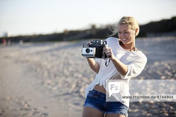 Vereinigte Staaten von Amerika  USA  Frau  nehmen  Strand  jung  Gemälde  Bild  Florida  Palmenstrand