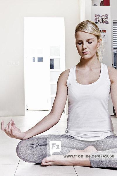 Frau  jung  Yoga  Mudra  Pose
