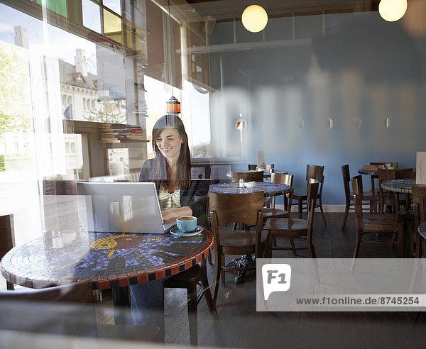 Reykjavik  Hauptstadt  sitzend  Frau  Computer  Notebook  Cafe  jung  Island