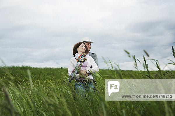 stehend  umarmen  reifer Erwachsene  reife Erwachsene  Feld  Gras  Deutschland
