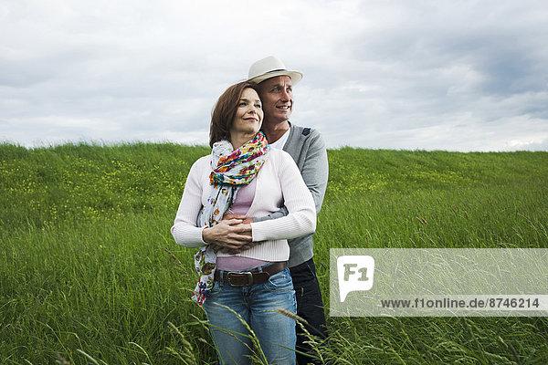 stehend  Portrait  umarmen  reifer Erwachsene  reife Erwachsene  Feld  Gras  Deutschland