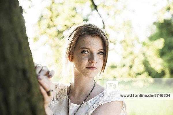 stehend  Portrait  Jugendlicher  Baum  Baumstamm  Stamm  Mädchen  Deutschland