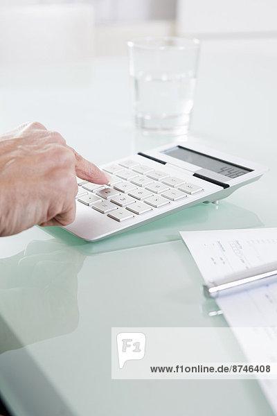 benutzen  Frau  Taschenrechner  Close-up  close-ups  close up  close ups  reifer Erwachsene  reife Erwachsene  Büro
