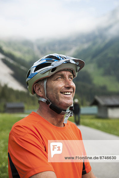 Portrait  Mann  reifer Erwachsene  reife Erwachsene  Kleidung  Österreich  Helm  Tannheimer Tal  Tirol