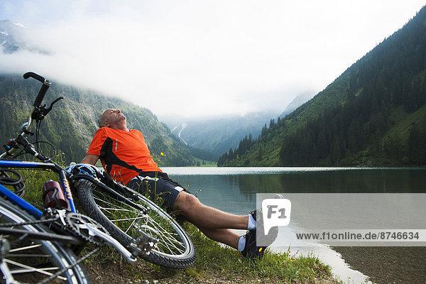 sitzend  Berg  Mann  See  reifer Erwachsene  reife Erwachsene  Österreich  Tannheimer Tal  Tirol