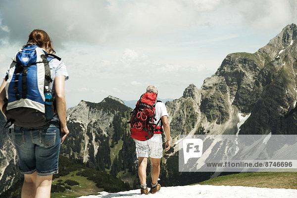Berg  reifer Erwachsene  reife Erwachsene  wandern  Rückansicht  Österreich  Tannheimer Tal