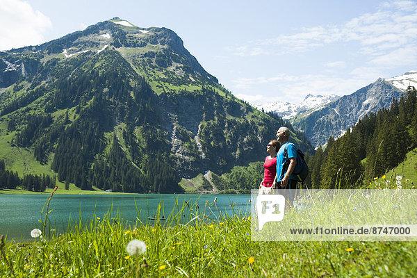 Landschaftlich schön  landschaftlich reizvoll  Frau  Mann  sehen  reifer Erwachsene  reife Erwachsene  Ansicht  Österreich  Tannheimer Tal
