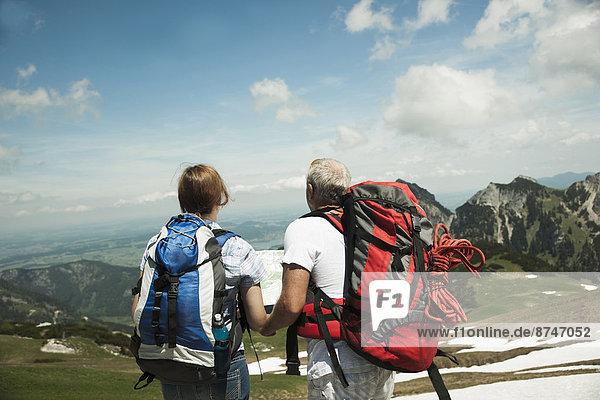 sehen  Landkarte  Karte  reifer Erwachsene  reife Erwachsene  Rückansicht  Österreich  Tannheimer Tal