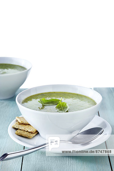 Studioaufnahme  grün  Basilikum  Cracker  Garnierung  Suppe