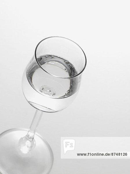 Studioaufnahme  Glas  weiß  Hintergrund  Grappa