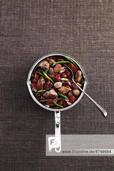 Studioaufnahme kochen geben Hintergrund Löffel Kochtopf grau