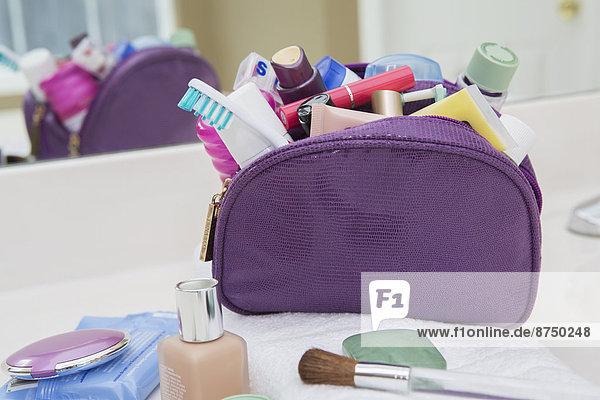 Vereinigte Staaten von Amerika  USA  Badezimmer  Tasche  Reise  Creme  Salbe  Lotion  Kosmetik  Tresen