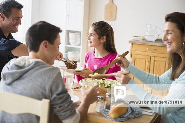 Europäer  essen  essend  isst  Tisch