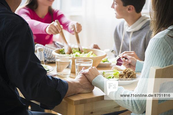 Europäer  Menschliche Eltern  halten  Tisch
