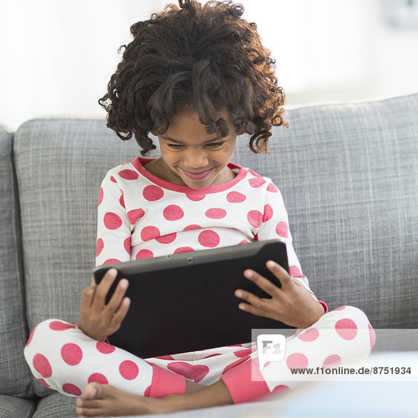 hoch  oben  nahe  benutzen  Schlafanzug  amerikanisch  Tablet PC  Mädchen