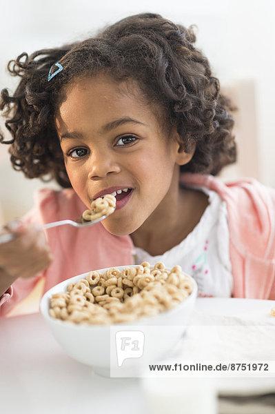 Getreide  Portrait  amerikanisch  essen  essend  isst  Mädchen
