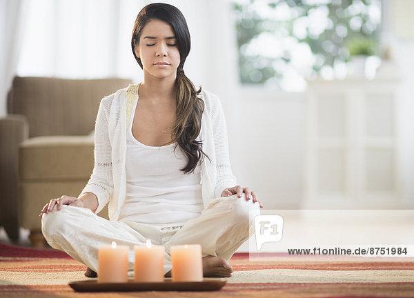 nahe  beleuchtet  Frau  Ruhe  Hispanier  Meditation  Kerze