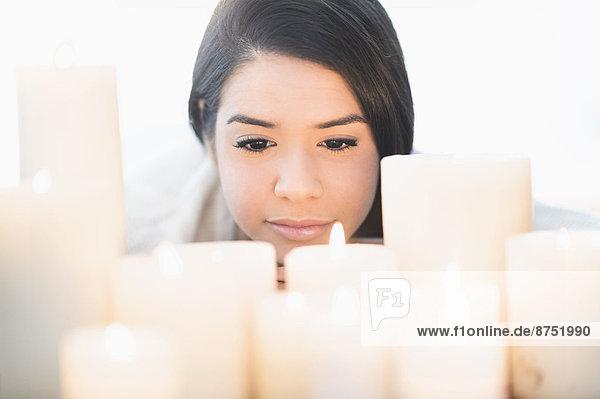 beleuchtet  Frau  sehen  Hispanier  Kerze
