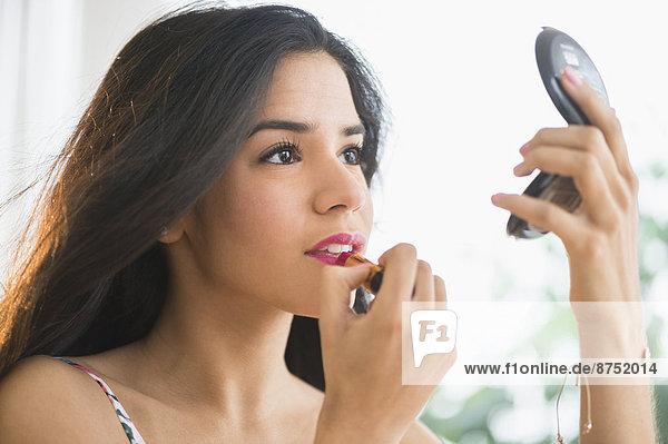 eincremen  verteilen  Frau  Lippenstift  Hispanier  kompakt  auftragen  Spiegel